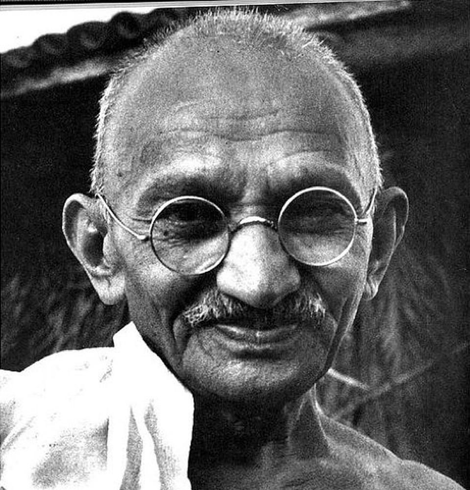 Похоже, что Ганди действительно был счастлив - практически на всех фото он улыбается