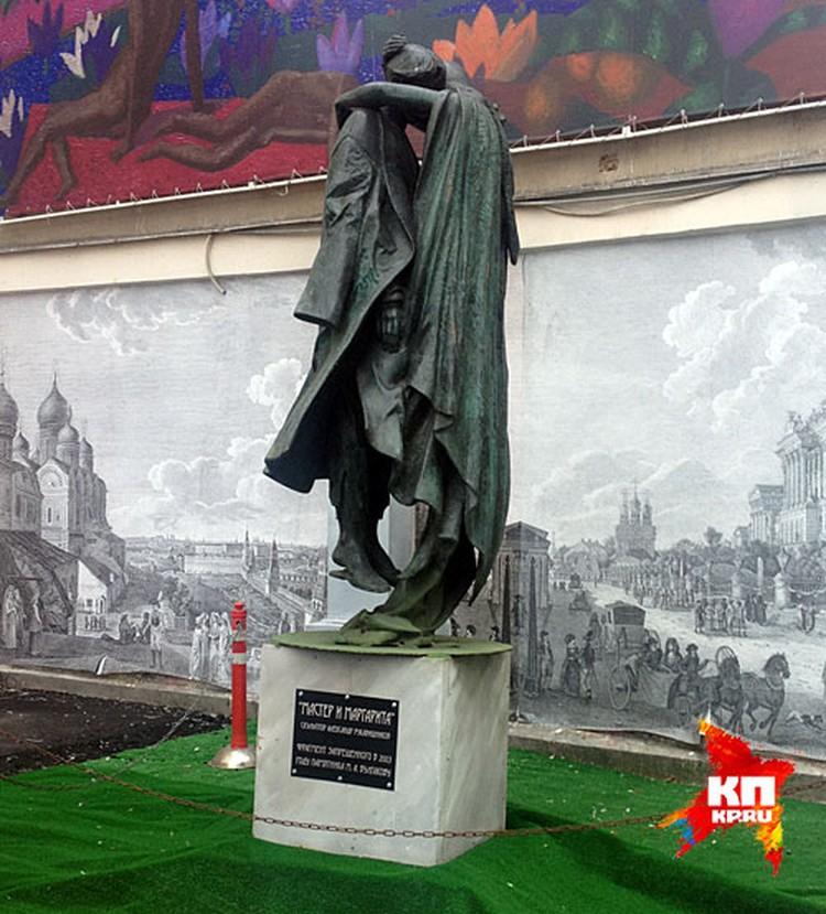 В центре Москвы установили скульптуру Мастера и Маргариты