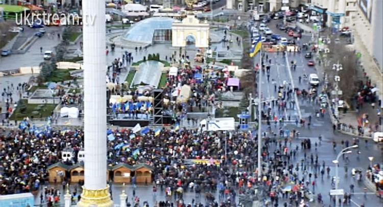 На Майдане в данный момент находятся более тысячи человек. Движение транспорта по Крещатику перекрыто