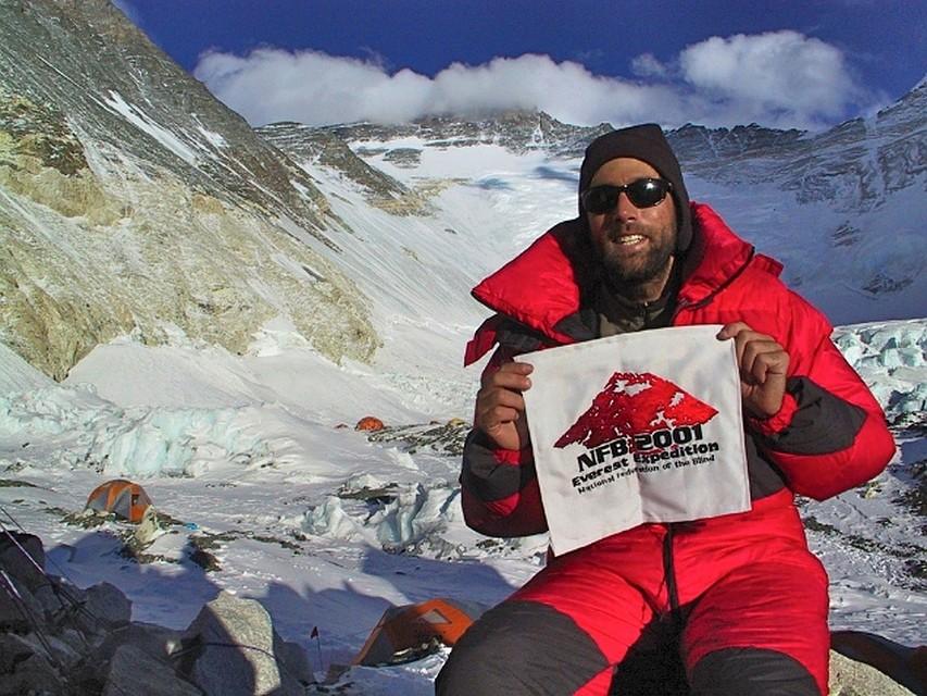 Эрик Вайхенмайер - первый в мире скалолаз, который достиг вершины Эвереста, будучи незрячим