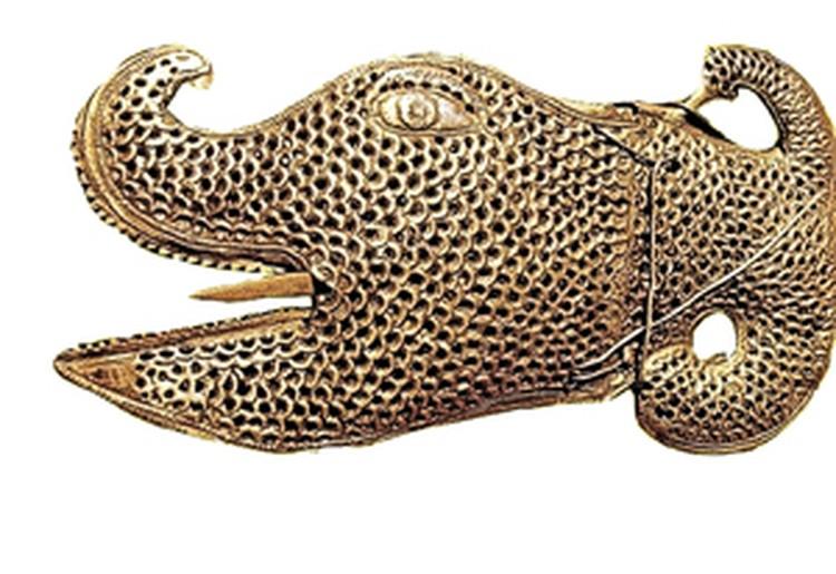 Окаменевший язык аспида помещен в золотую голову чудовища.