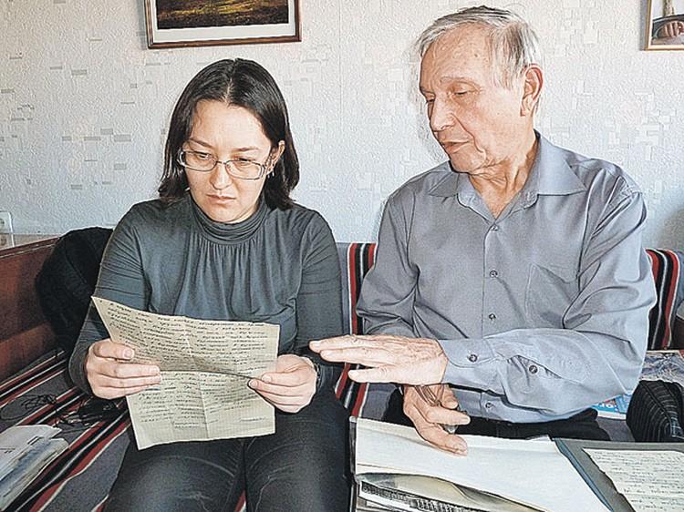 Вадим Брусницын показывает нашему корреспонденту Наталье Ко записки, которые бросали поисковикам  с самолета руководители спасательной экспедиции.