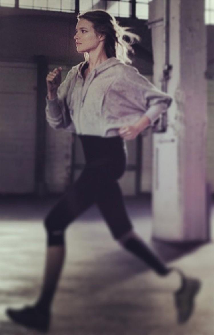 Шокирующий образ Натальи с бионическим протезом ноги символизирует то, что трагедия может произойти с каждым в любой момент.