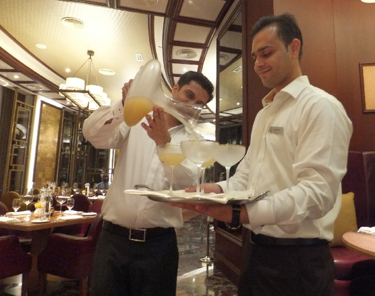 В отелях Рас-аль-Хаймы никакого сухого закона нет. Коктейли местным барменам очень даже удаются!