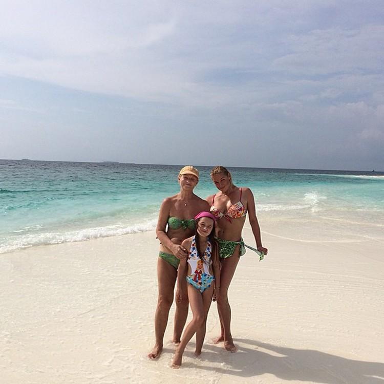 Анастасия Волочкова отдыхает с мамой и дочкой Аришей.