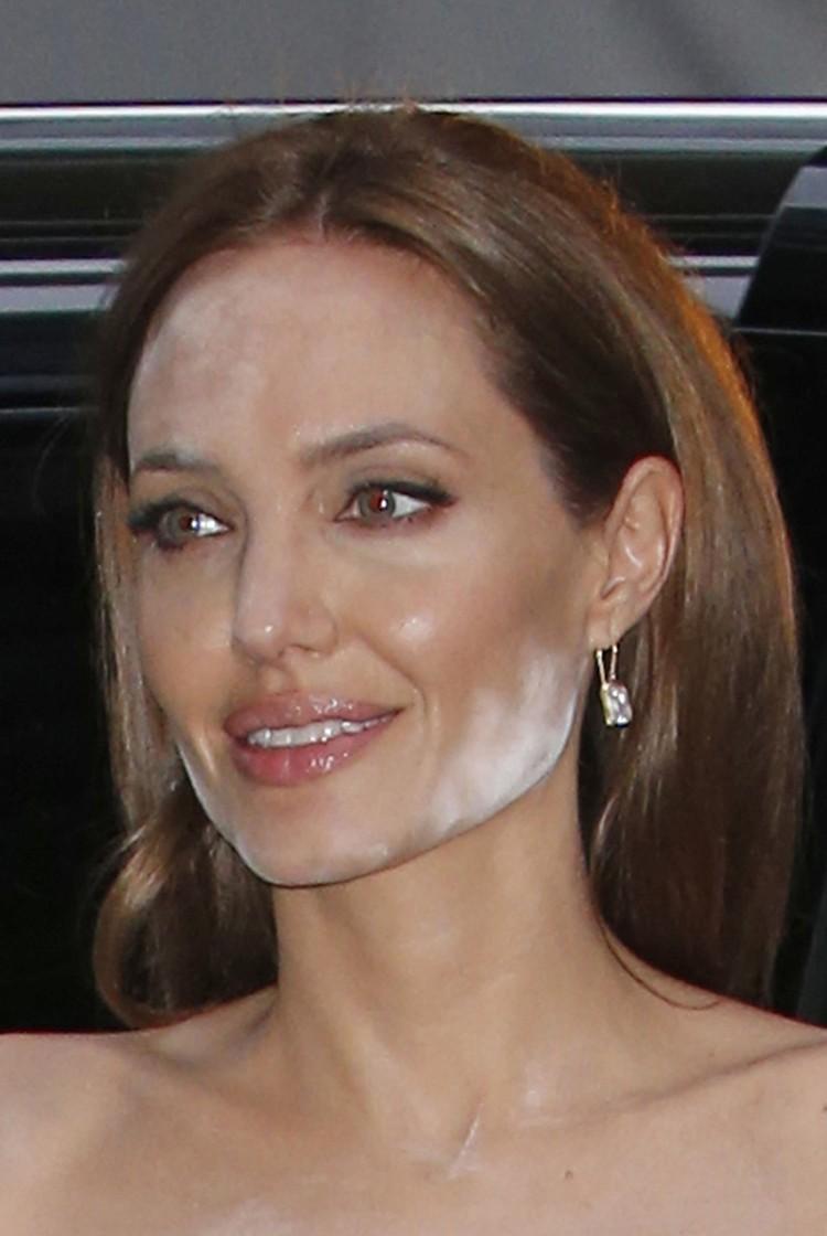Очевидно, актриса стала жертвой недобросовестного визажиста, применившего при макияже светоотражающую пудру.