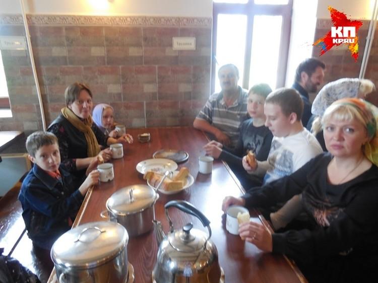 Простая монастырская пища пришлась по вкусу юным паломникам и их родителям.