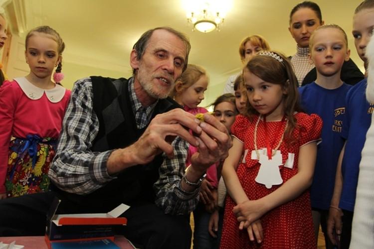 На сцене выступили юные музыканты и танцоры, а в фойе для дошкольников преподаватели домов творчества дали мастер-классы
