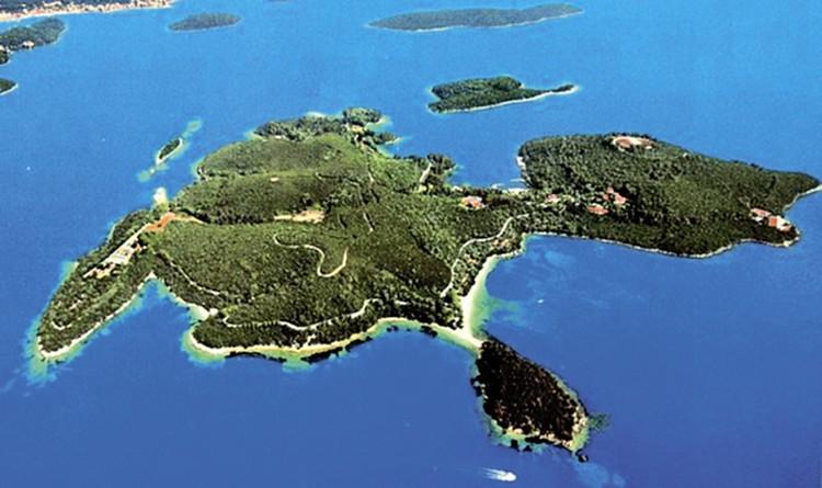 Островом Скорпиос владел сам Онассис. Ныне это владения Рыболовлева. Хотя о Скорпиосе мечтали Абрамович, Билл Гейтс, Мадонна...