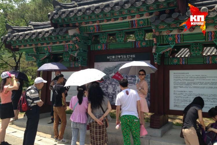 Без зонтиков корейские женщины на солнце  не выходят. Ну какой им пляж? Только в Арктику