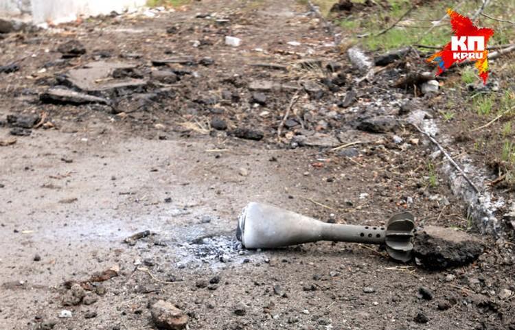 Это все, что осталось от мин, снаряженных кассетами с фосфором. На месте их падения выгорела земля.