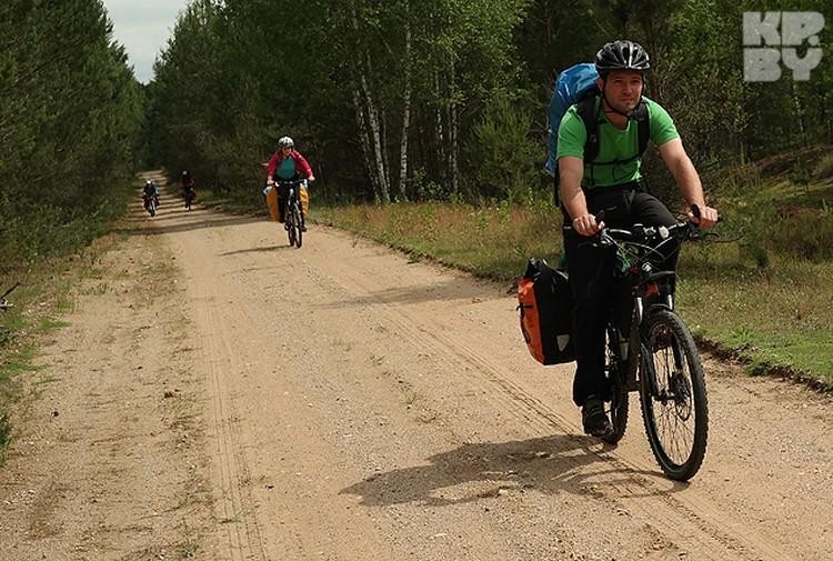 Путешествовать по пуще можно не только на автомобиле, но и на велосипеде.