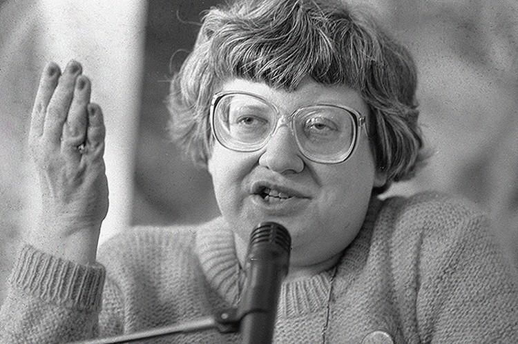 Валерия Новодворская выступает на съезде Демократического союза, 1990 г.