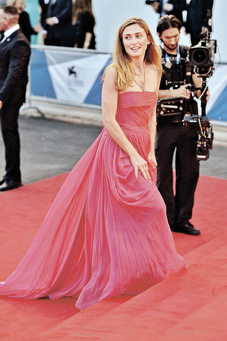 Джули Гайе - известная во Франции актриса, на счету которой десятки ролей.