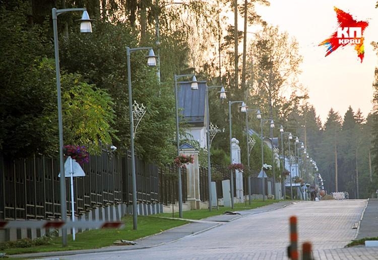 Вдоль центральной улицы в ряд выстроились симпатичные домики