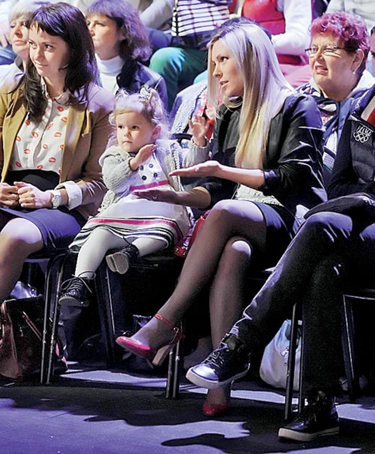 На каждом выступлении Стаса Ярушина поддерживает жена Алена и дочка Стефания.
