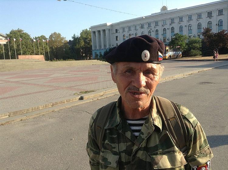 Алексей Александров гордится своими наградами.