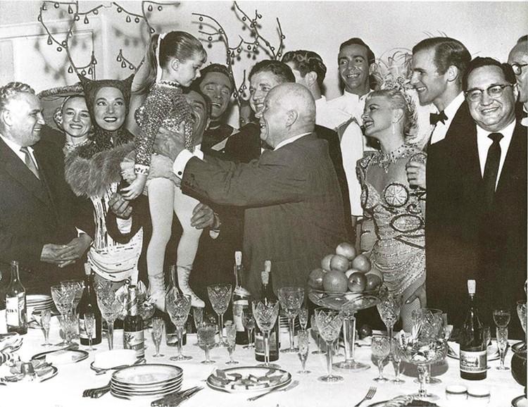 Н.С.Хрущев с коллективом американского балета на льду. Москва, май 1959 г. Фото: из коллекции С.Н.Хрущева, из архива «Комсомольской правды».