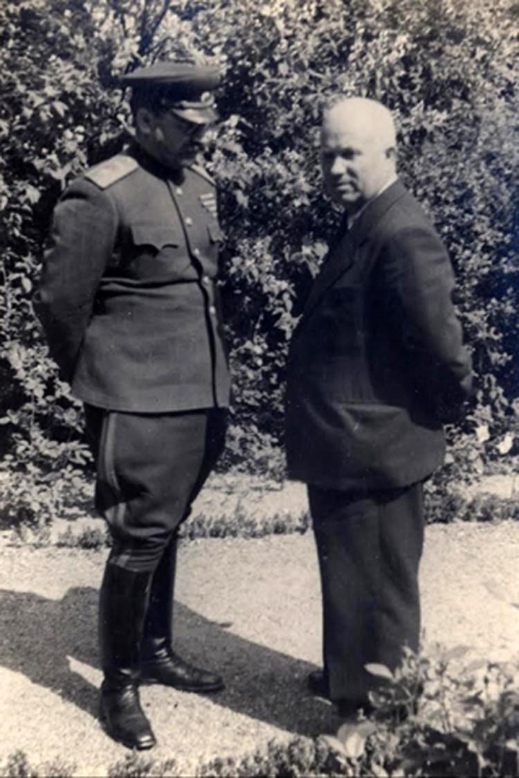 Н.С. Хрущев и маршал П.А. Ротмистров. Потсдам, 1945 г. Фото: из коллекции С.Н.Хрущева, из архива «Комсомольской правды».