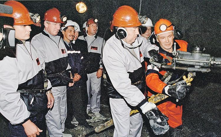 Муртаза Рахимов, как истинный хозяин, любил открывать все, что строилось в Башкирии. На фото он в каске, наушниках, с отбойным молотком дает старт новому руднику.