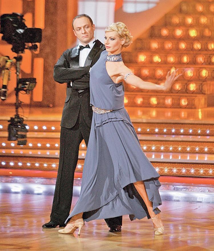 В шоу «Танцы  со звездами» Эдуард разучивал вальсы  и менуэты  в паре со Светланой Богдановой.