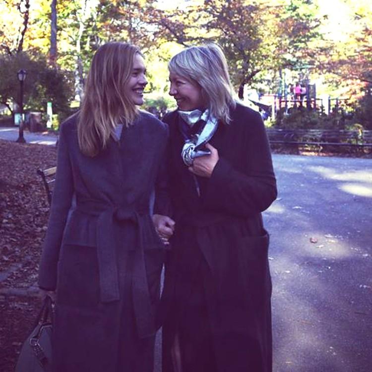 - С мамой в Центральном парке. написала модель на своей страничке в Facebook, опубликовав снимок вдвоем с Ларисой Викторовной.