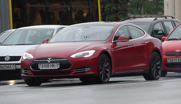 На первой зарегистрированной в Беларуси Tesla ездит руководитель одного из белорусских интернет-порталов. Фото сайта avto-nomer.ru.