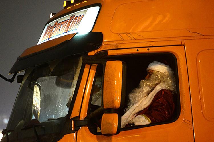 Елку в Кремль доставил водитель в костюме Деда Мороза