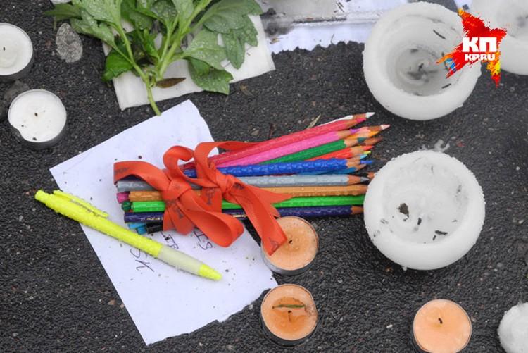 Прямо на тротуаре лежат связки цветных карандашей в память о погибших карикатуристах