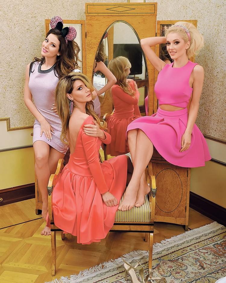 На Насте: платье Weekend Max Mara, ободок Asos. На Мише: платье Asos, серьги To Be Queen. На Эрике: платье Asos, ободок Asos, босоножки Fabi.