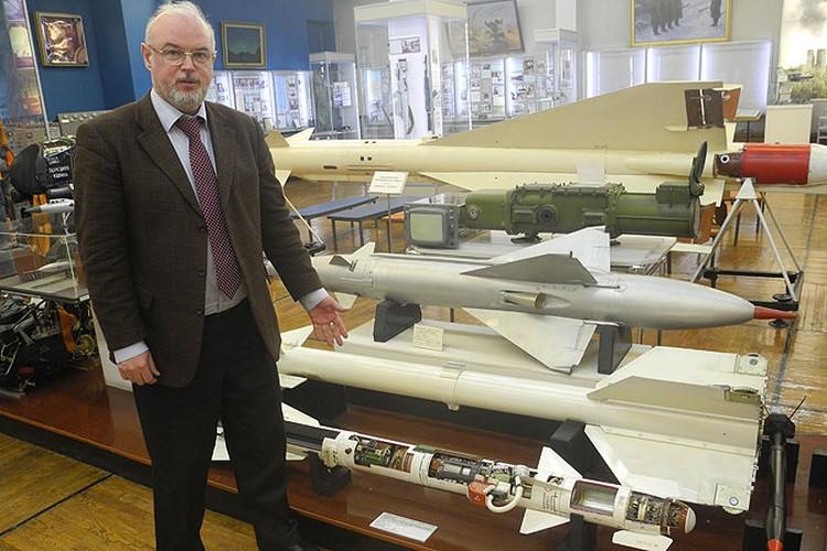 Директор музея ПВО Юрий Кнутов демонстрирует модель ракеты, которой, по одной из версий, сбили Боинг над Донбассом