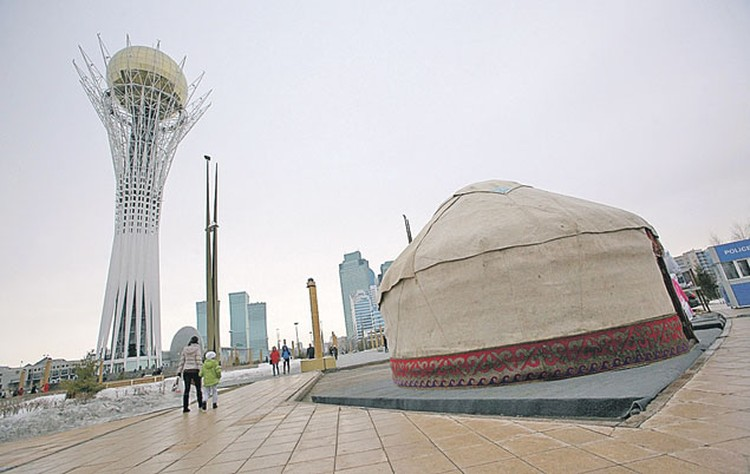 Центральная часть столицы Казахстана Астаны -  сплошной хай-тек.  Но и для традиционной  казахской юрты место нашлось.