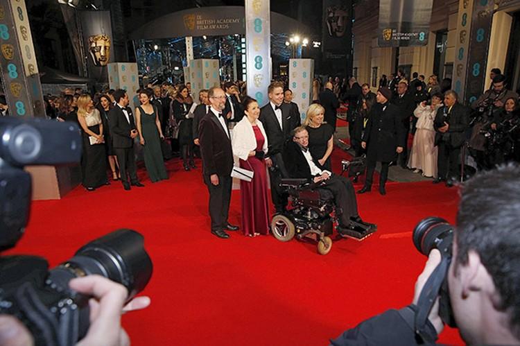 Ученый с семьей на церемонии вручения премии BAFTA фильму «Вселенная Стивена Хокинга»