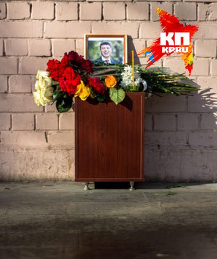 Нижегородцы также несут цветы к радиофаку ННГУ, который в свое время окончил политик Борис Немцов. Фото: Дмитрий СМИРНОВ