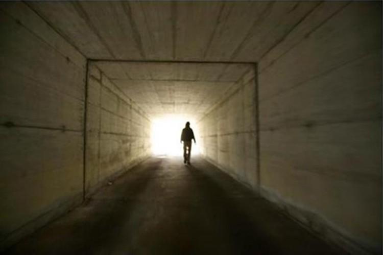Умерев в нашей вселенной, человеке перемещается в параллельную - по тому самому тоннелю.