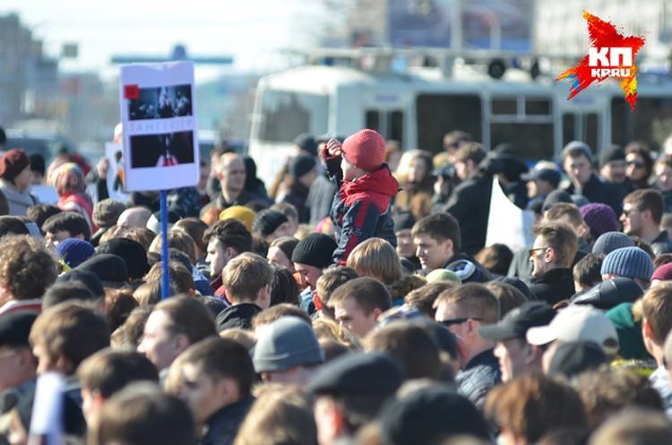 А это митинг за «Тангейзера». Многие пришли с детьми.