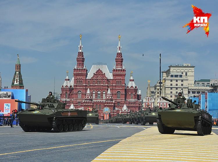 Еще со времен Сталина военные парады на Красной площади были призваны, в том числе, и для демонстрации новейших достижений оборонно-промышленного комплекса нашей страны