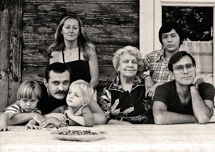 Слева направо: Анна и Артем Михалковы с отцом, заними - Татьяна Михалкова, Наталья Петровна Кончаловская (она была центром притяжения этой большой семьи), Андрей Кончаловский, за ним - Егор Кончаловский.