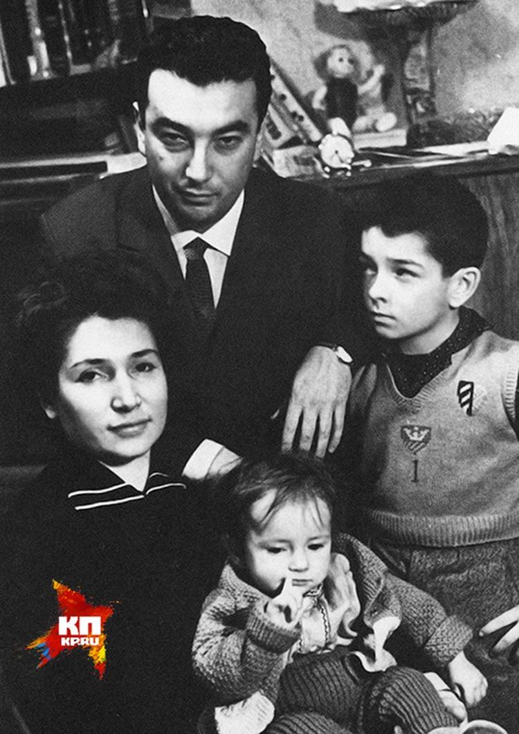 Евгений Примаков с женой Лаурой и детьми.