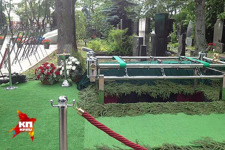 Могила, в которой сегодня будет погребён Евгений Примаков. Фото: твиттер Елены Кривякиной @ElenaKrivyakina