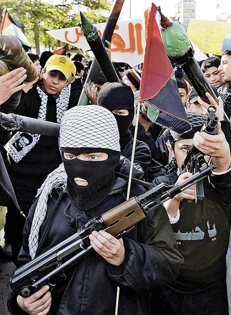 А это те, кто должен прийти на смену нынешним бойцам «Хезболлы». Пока в руках у этих ребятишек пластиковые муляжи автоматов, но со временем их заменит настоящее оружие. Фото: ТАСС