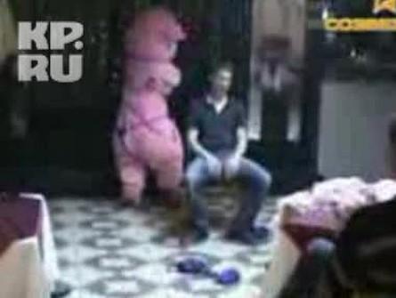 video-striptiz-na-stanke-trahnul-na-ulitse-cherez-stringi-ne-uspel-snyat-onlayn
