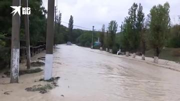 В Новороссийске ливнем мощно затопило дорогу в поселке Мысхако