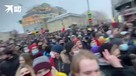 Протестующие окружили ОМОН