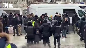Протестующим в центре Москвы напоминают о незаконности акции