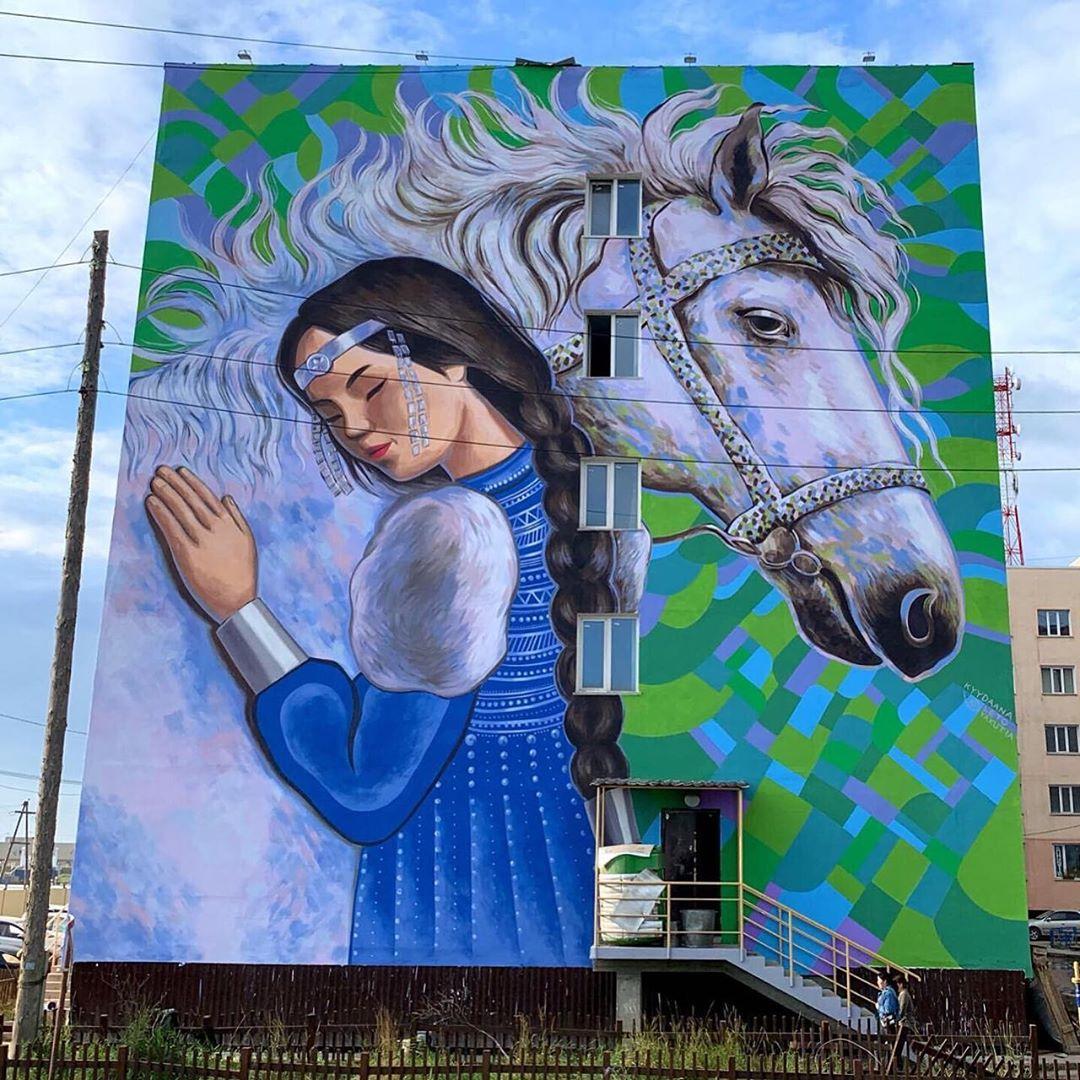 Мурал Девушка с лошадью, художница Кыыдаана Игнатьева