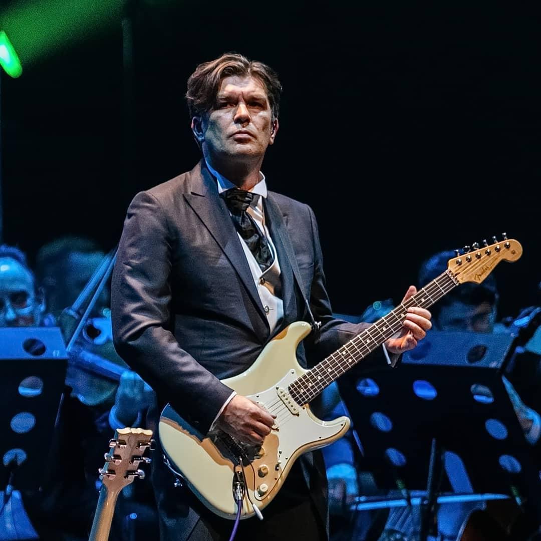 Бессменный гитарист Кино Юрий Каспарян еще с 2010 года играет симфоническую программу группы под аранжировки композитора Игоря Вдовина.