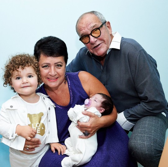 Молодые родители с дочками Этель и Кларой