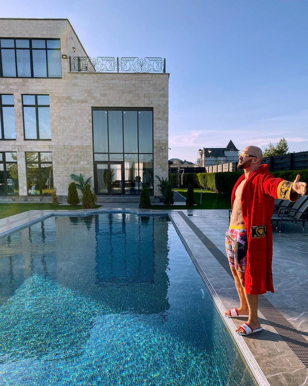 Рядом с домом расположен роскошный бассейн