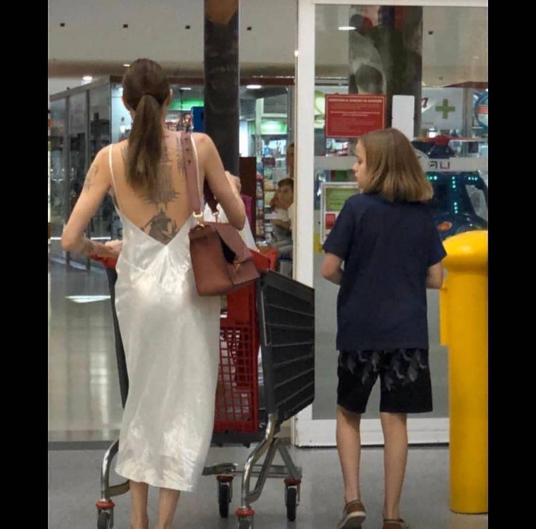 Анджелина Джоли пришла в продуктовый в шелковом платье с открытой спиной, больше напоминающее ночнушку